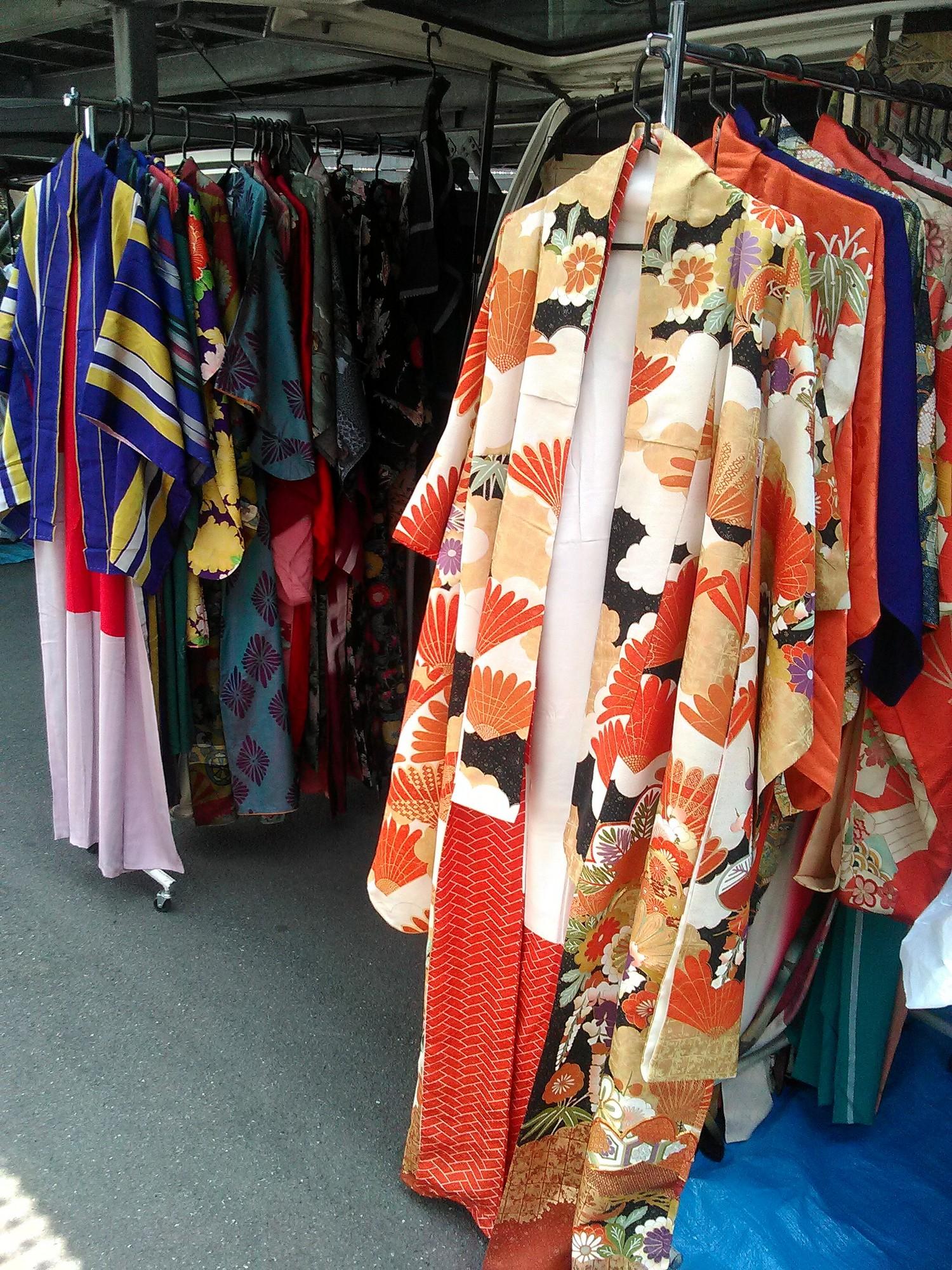 ed7753f9f Недорогие кимоно иногда продаются в секонд-хендах. В Осаке в районе  торговой улицы Синсайбаси-судзи есть парочка секонд-хендов, продающих  кимоно за 10 ...