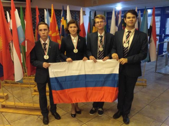 Школьники из России завоевали 10 медалей на олимпиадах по математике и биологии