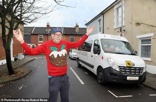 В Британии водителям школьных автобусов запретили носить рождественские свитера — из соображений заботы о психике учеников