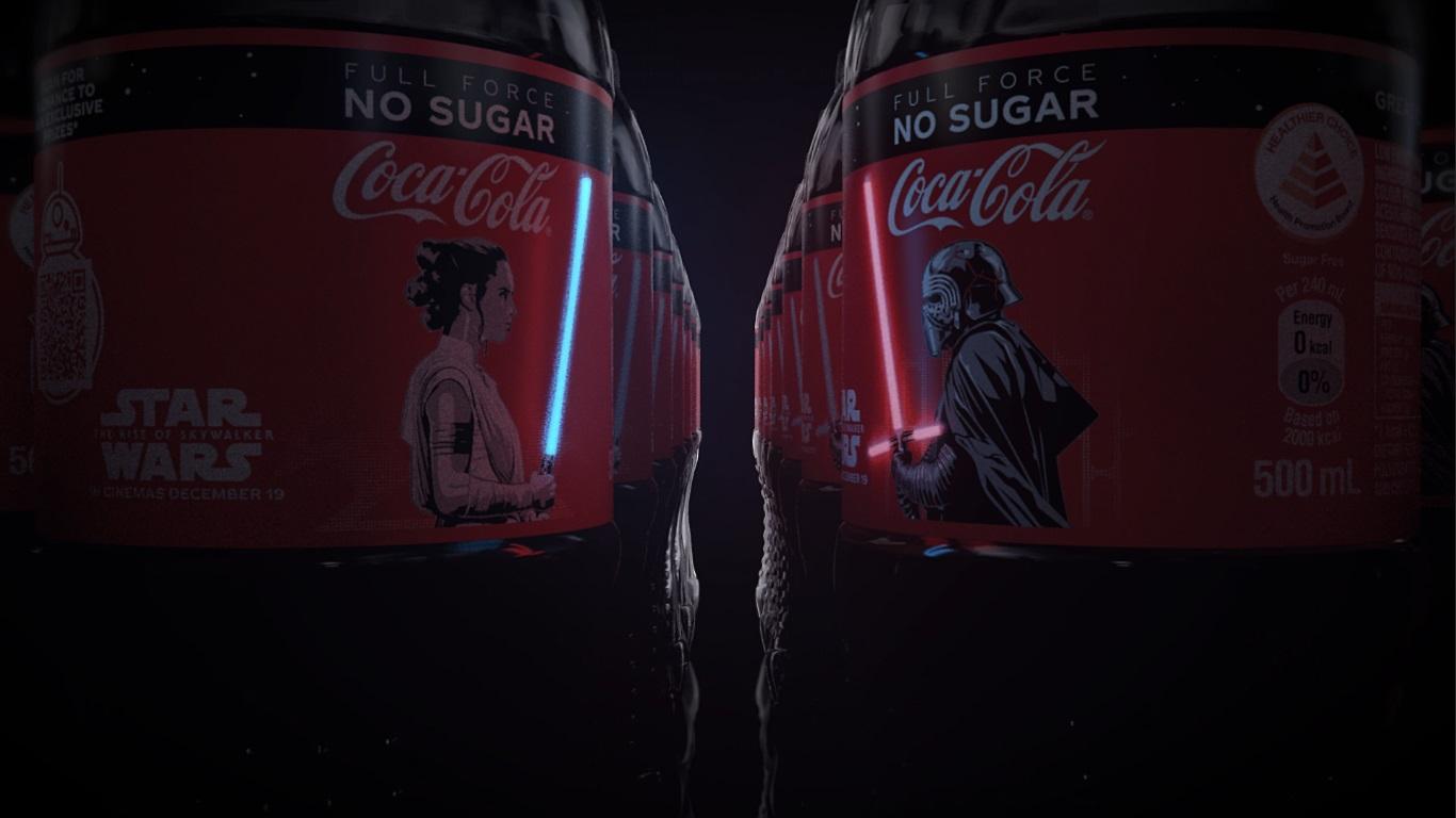 Coca-Cola выпустила ограниченную серию бутылок, посвященную «Звездным войнам». На этикетках светятся мечи