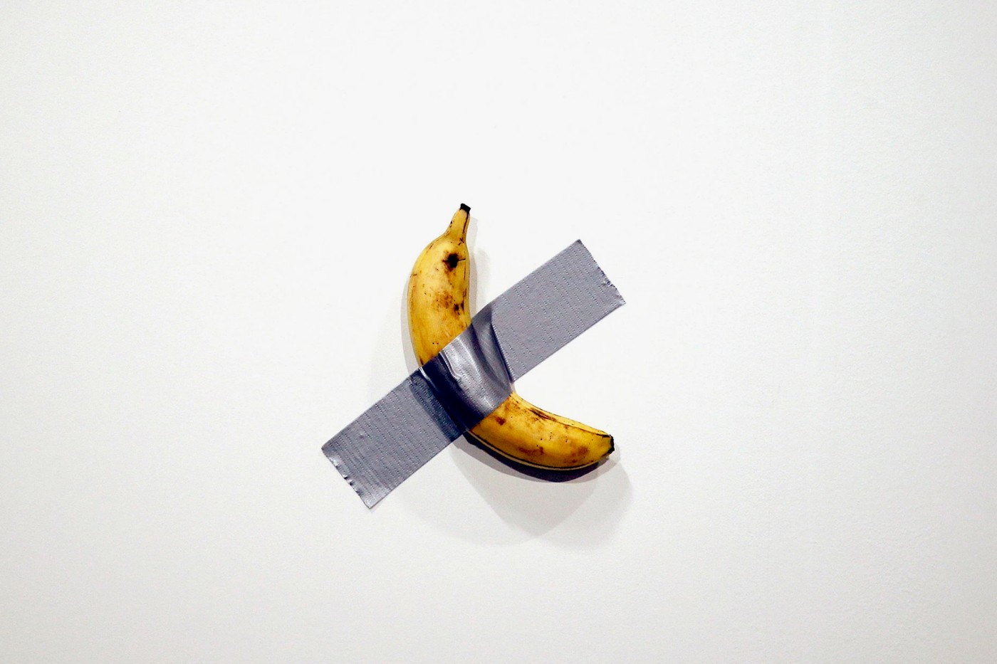 В США художник продал два банана, приклеенных скотчем к стене. По 120 тысяч долларов за штуку