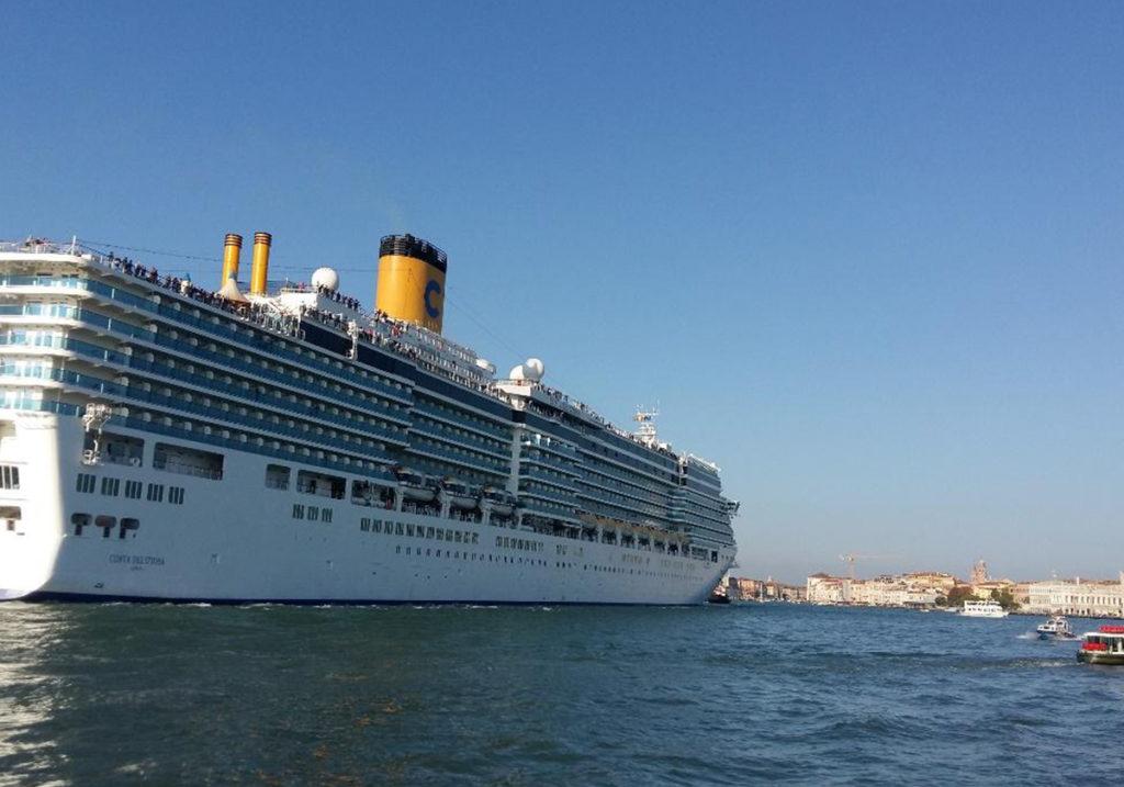 Круизный лайнер приближается к Сан-Марко