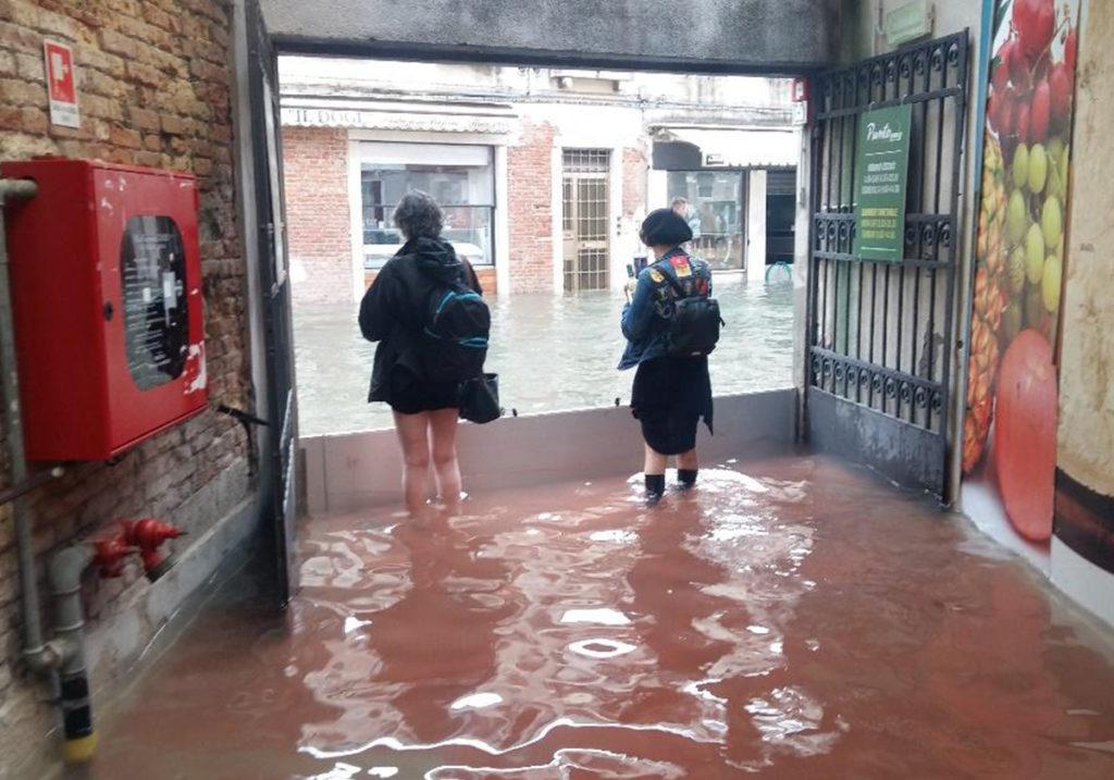 День наводнения и затопленный супермаркет, из которого не могут выйти покупатели